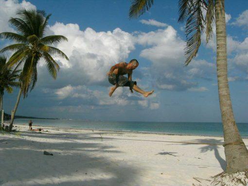 Gibbon-Slacklines-Travel-Line-X13-Tricklining-beach