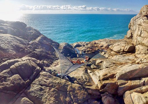 slackline-hammock-ocean-cliff-setup-new-zealand