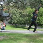 slacklining-steep-hill-botanic-garden-people-watching